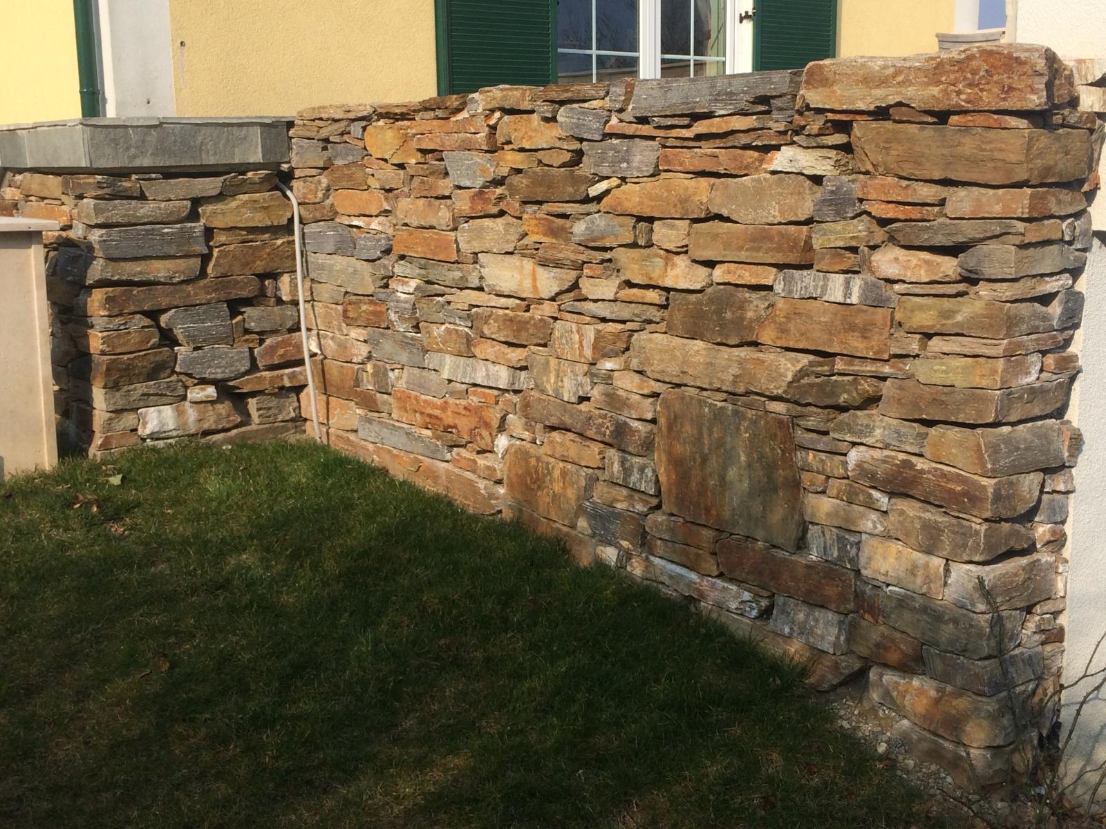 Steinmauer aus Naturstein  - pflastersteine