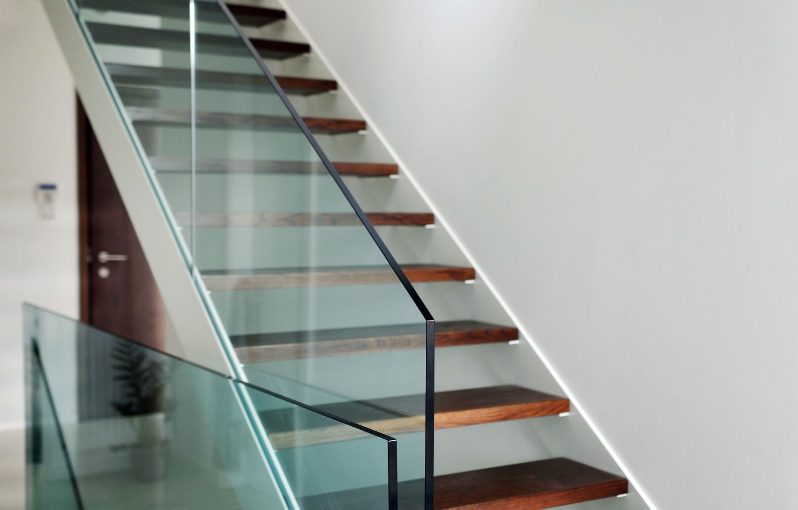 Arten von Glasgeländern: Edelstahlgeländer mit Glas, Ganzglasgeländer und französischer Balkon