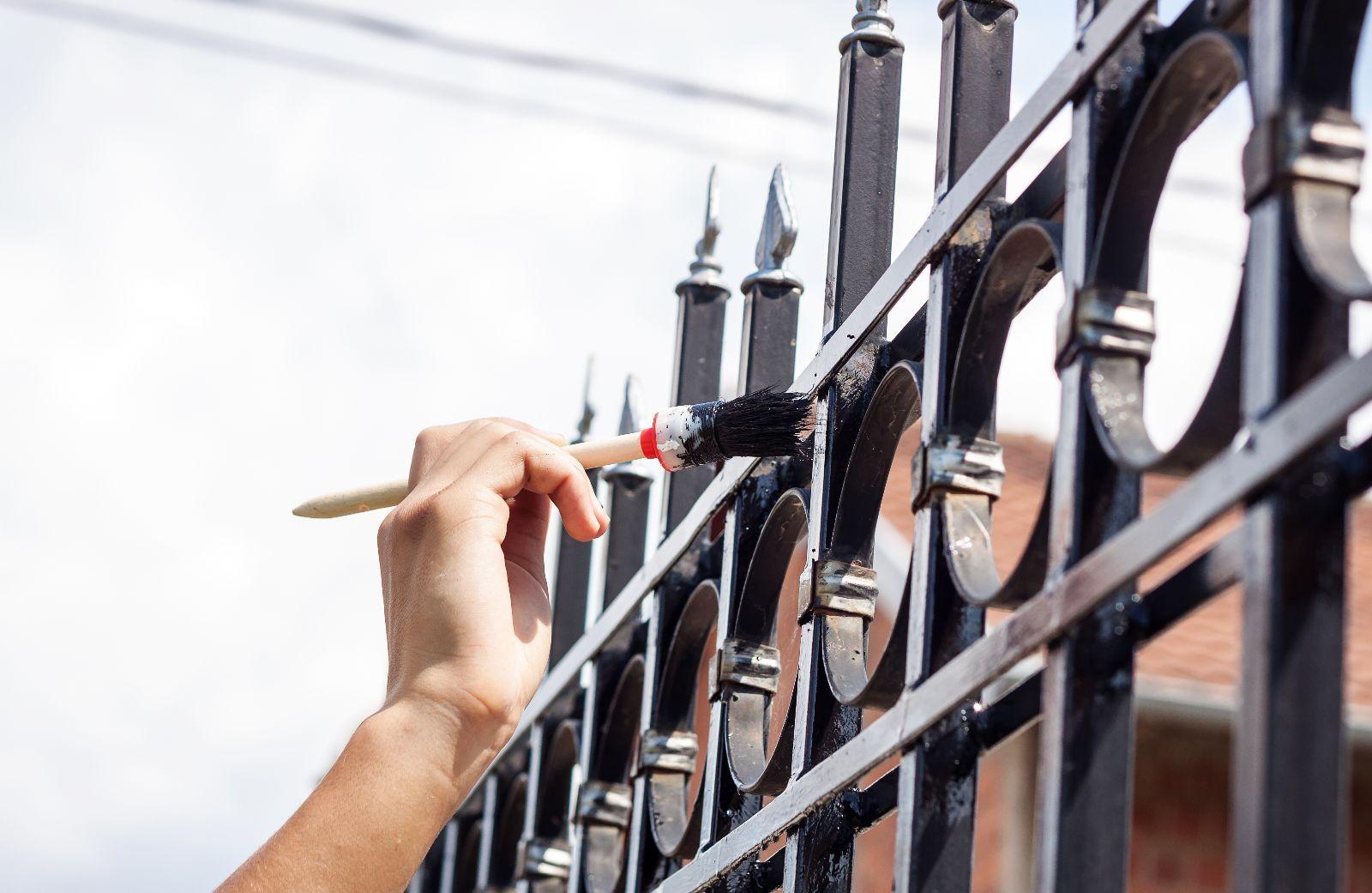 Metall lackieren: von der Oberflächenvorbereitung bis zum Schlussanstrich