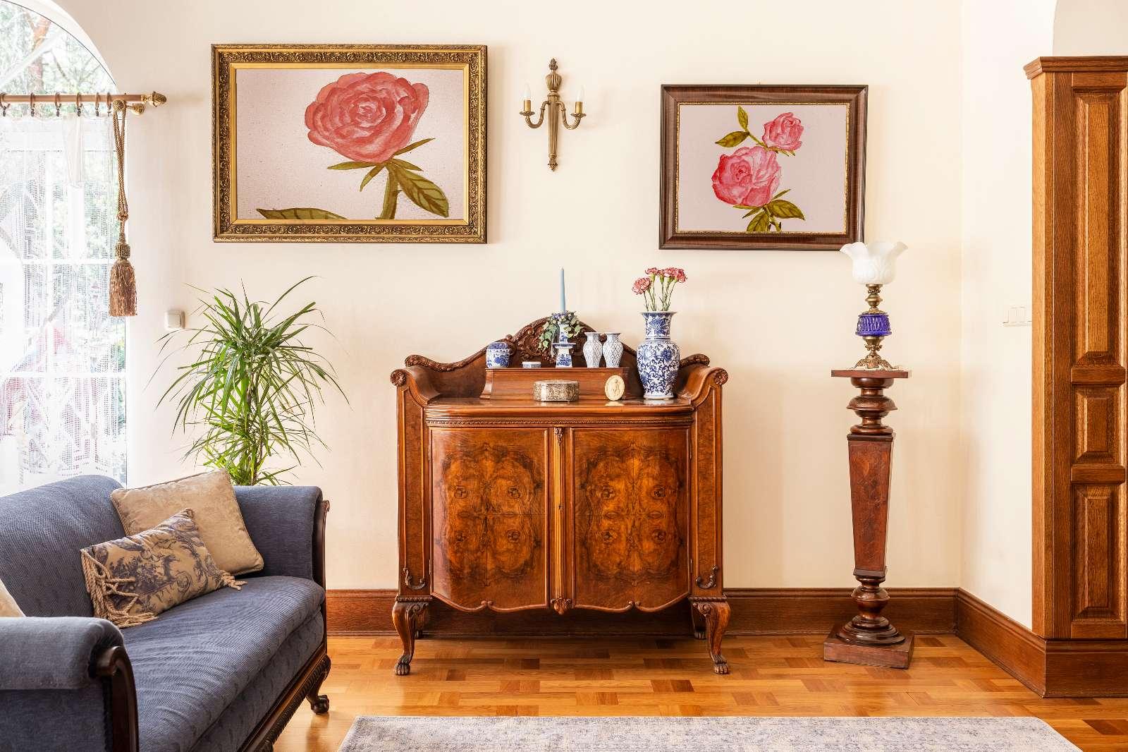 Der Möbelrestaurator verleiht Ihren antiken Möbelstücken neuen Glanz